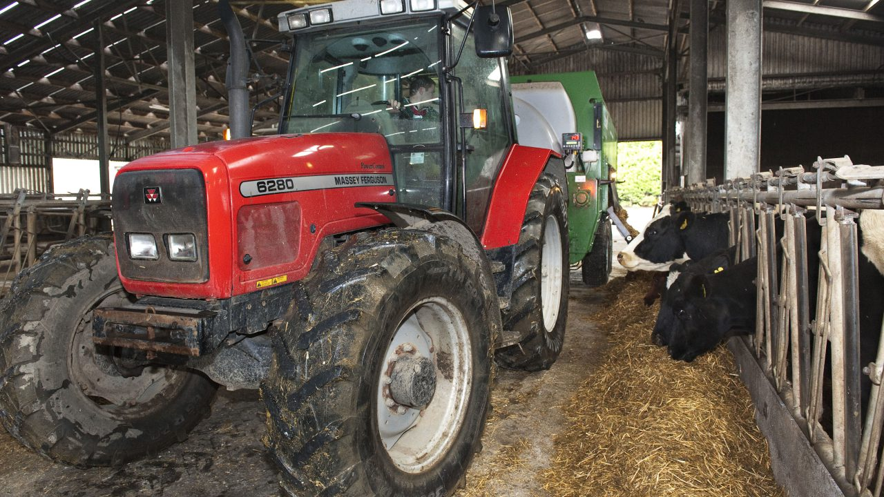Despite low milk prices dairy farmers used more animal feed per head in 2015
