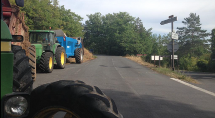 French farmers block trucks with foreign food from entering France