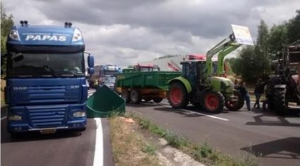 Pics of French farmers protesting with gusto