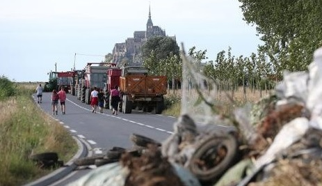 French farmers block roads as '25,000 face bankruptcy'