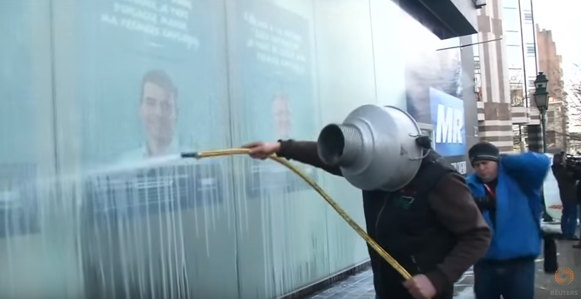 Video: Farmers spray hundreds of litres of milk in protest in Brussels
