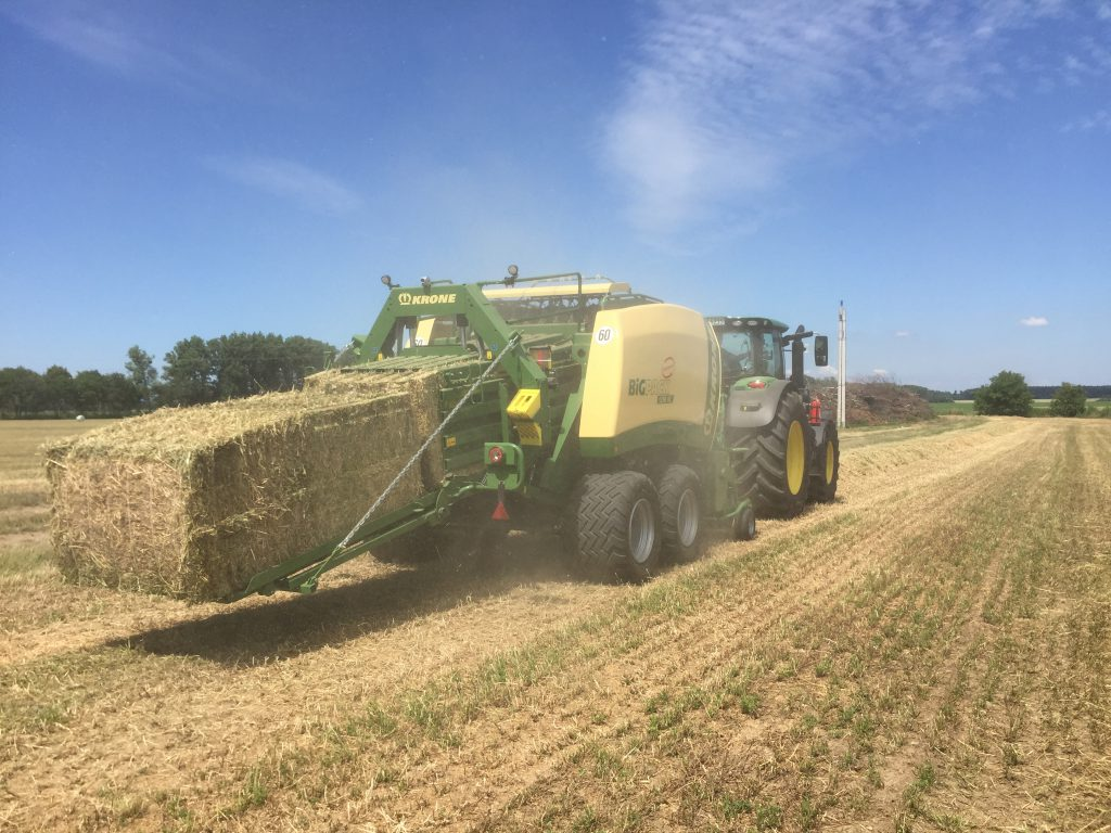 Krone Big Pack 1290 XC in operation