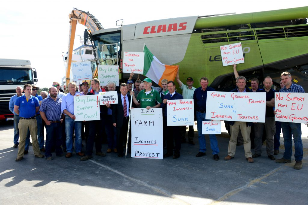 24/08/2016 - IFA grain growers protesting at Drogheda Port. Photo: Andy Spearman.