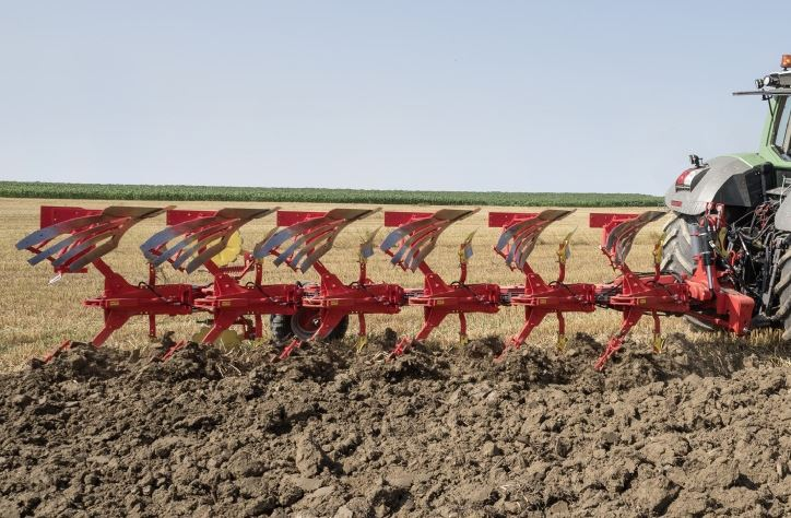 The Pottinger Servo 45 S plough in action