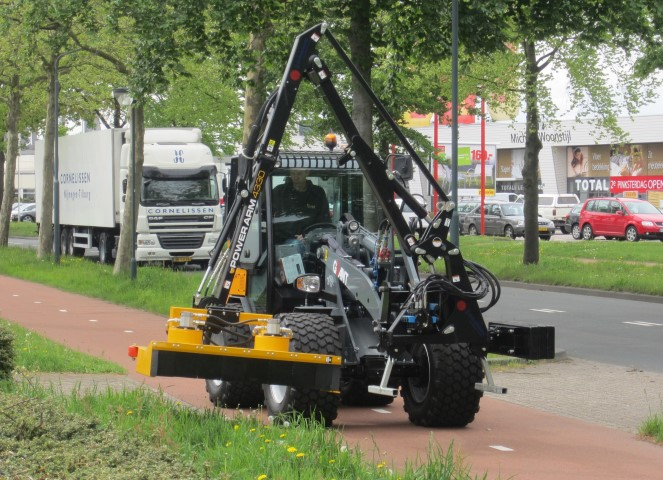 Giant loading shovel with verge trimmer
