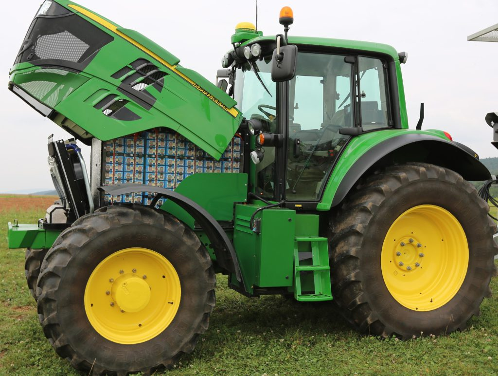 electric john deere tractor runs for 4 hours on a charge agriland. Black Bedroom Furniture Sets. Home Design Ideas