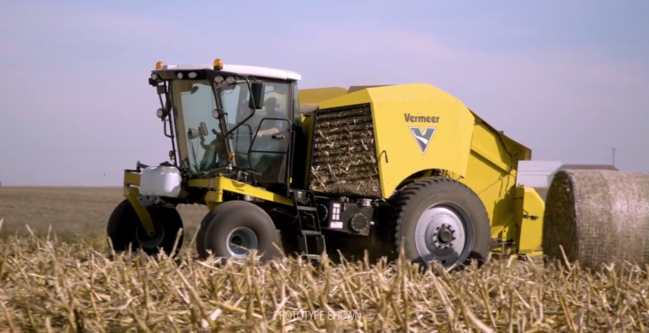 Self-propelled round baler moves on…to maize stalks