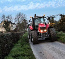 什么照明和能见度规则适用于道路上的拖拉机?体育betway客户端