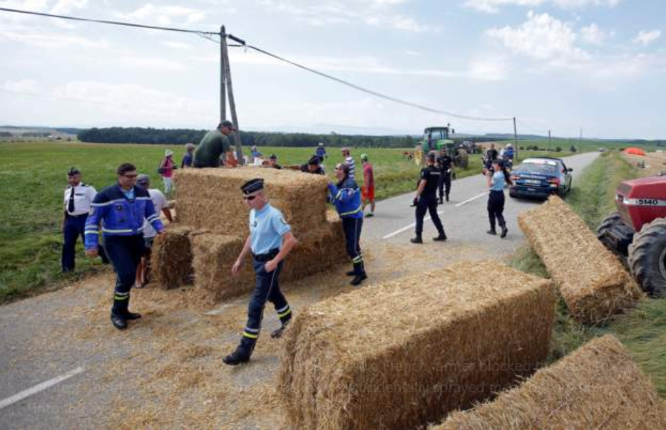 Tour de France stage interrupted by farmers' protest