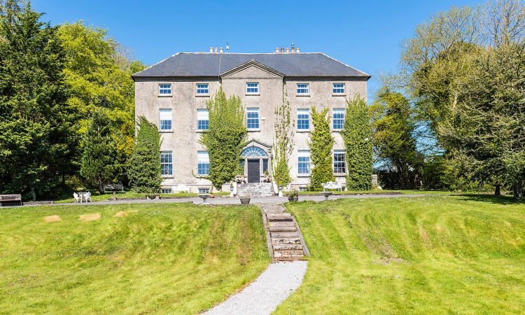 10ac of land and a 'wonderful 10-bedroom country house' in Co. Tipperary