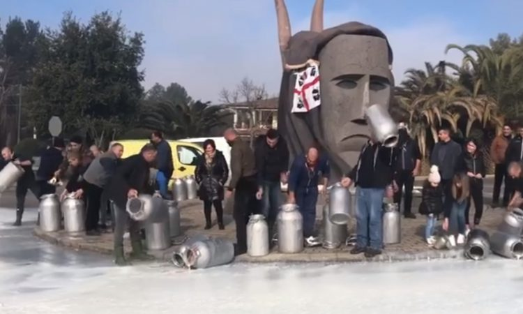 Video: Italian farmers dump milk on streets in price protest
