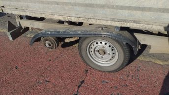 Travelling trailer missing tyre attracts trouble