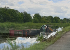 金宝搏app下载Tractor and silage trailer slides into Royal Canal