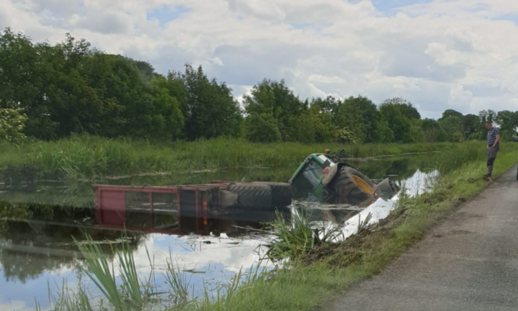 金宝搏app下载拖拉机和青贮拖车滑入皇家运河