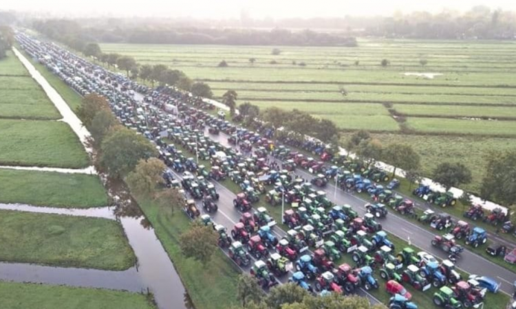 Thousands of Dutch farmers return to roads in protest