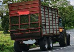 体育betway客户端拖拉机驾驶员绘制'加尔达愤怒与青贮饲料安全滑起来