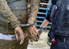 一名男子跌入深及脖子的泥浆坑后被警方逮捕