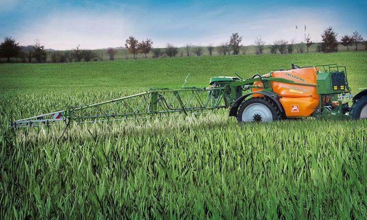 Why is the Amazone UX4200 the sprayer of choice for farming and contracting?
