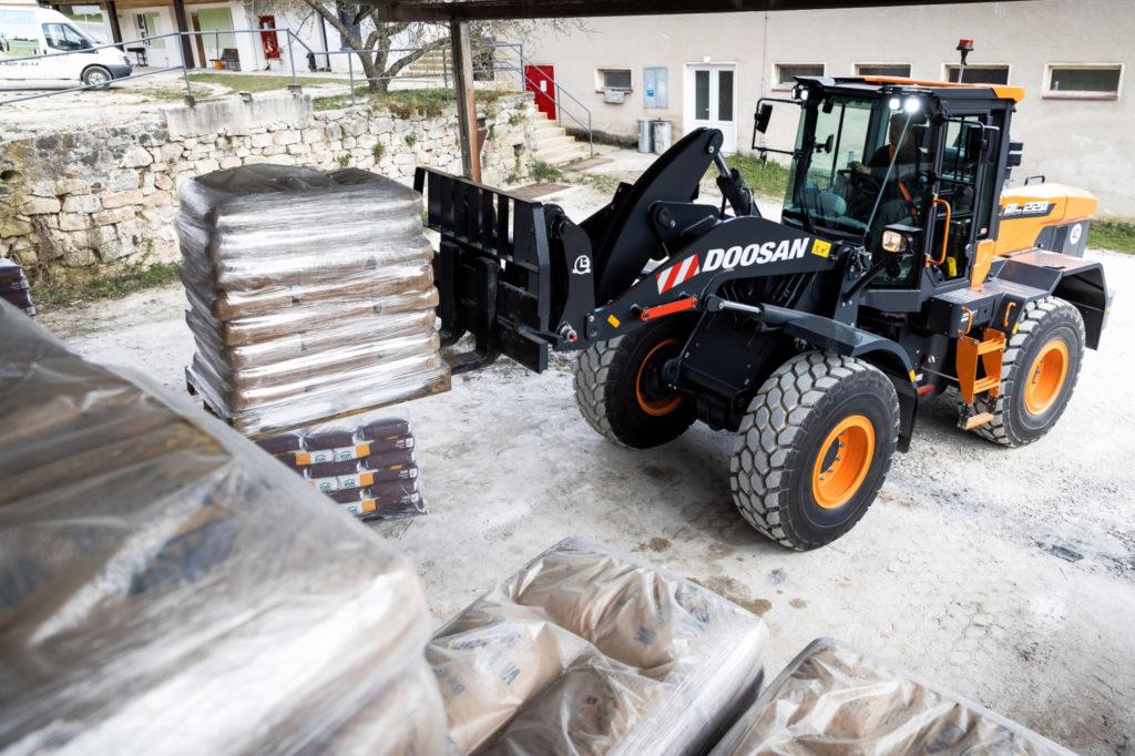 Doosan DL-7 loader stacking