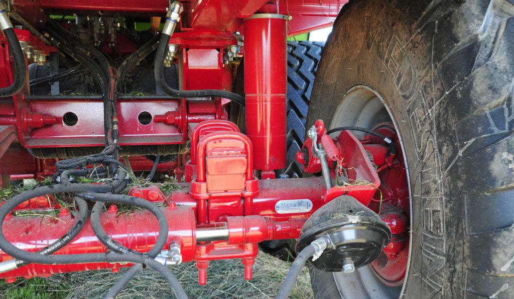 Strautman rear axle with hydraulic rams