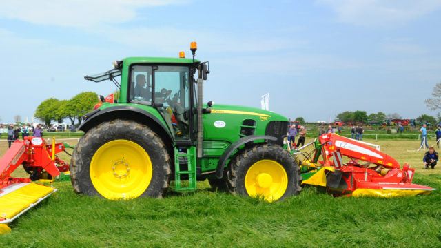 John Deere看起来超越拖拉机并进入农场管理体育betway客户端