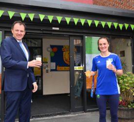 部长与奥运金牌得主发起学校牛奶运动