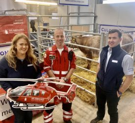 """1500名支持母牛""""希望""""和空中救护车NI在巴尔莫勒尔展上筹款"""